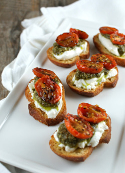 gastrogirl:  roasted tomato burrata crostini.