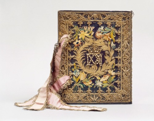 booksnbuildings:  A French royal bookbinding (for queen Maria de' Medici), embroidered silk, 1629 Currently at the Chateau de Chantilly