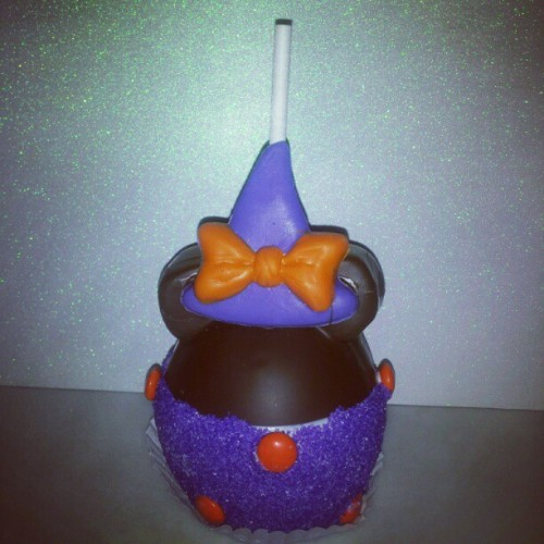 Minnie's Witch Hat Apple! #minnie #minniemouse #witcheshat #disneyland #purple #orange #bow #caramelapple  (Taken with Instagram)