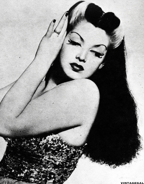 vintagegal:  Burlesque dancer Zorita, 1942