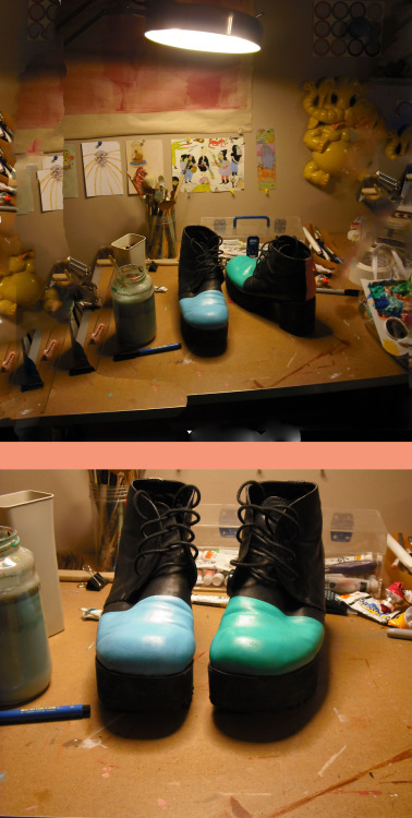 annmuddy:  it's 5 in the morning and i painted my shoes  i'm thinking about painting something on the toes U.U but what?
