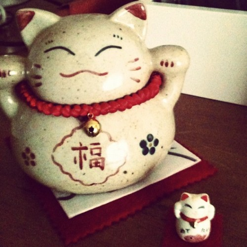 .Regalo feliz #cat #japan #Maneki-neko #gift 🐱 (tomada con Instagram en Thiers Republic)