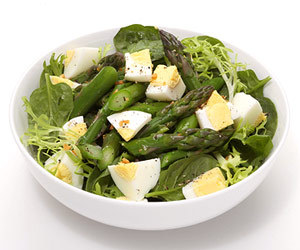 foodloveandgettingfit:  Egg-cellent Asparagus Salad: Ingredients  8 asparagus spears   2   teaspoons olive oil   1   garlic clove   2   cups mixed greens   1   hard boiled egg   1   tablespoon vinegar    Salt    Pepper   Directions 1. Cut 8 asparagus spears into 2-inch pieces; saute with 2 teaspoons olive oil and 1 minced garlic clove. Top 2 cups greens with cooked asparagus, 1 chopped hard-boiled egg, 1 tablespoon vinegar and salt and pepper to taste. Taken from: Fitness Magazine