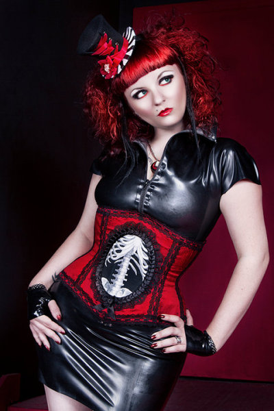 hourglass-silhouette:  Model: Alice FiendCorset: Louise BlackPhoto: Kidtee Hello  …and Cunene's hat!  http://www.etsy.com/shop/cunene