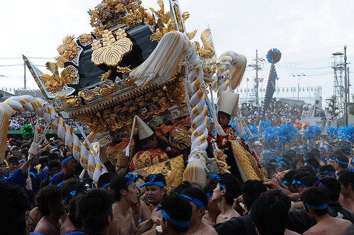 Its a bit of a rough ride for these deities! The Nada no Kenka Matsuri is the biggest Fighting Festival in Japan. It consists of 3 portable shrines and men in different coloured headbands (colour coded according to age) with bamboo poles clashing and barging against eachother. More on Nada no Kenka Matsuri by Somewhere in the world today… Picture: JP_HY_Kenka Mats_013 by Daniel Beresford, on Flickr