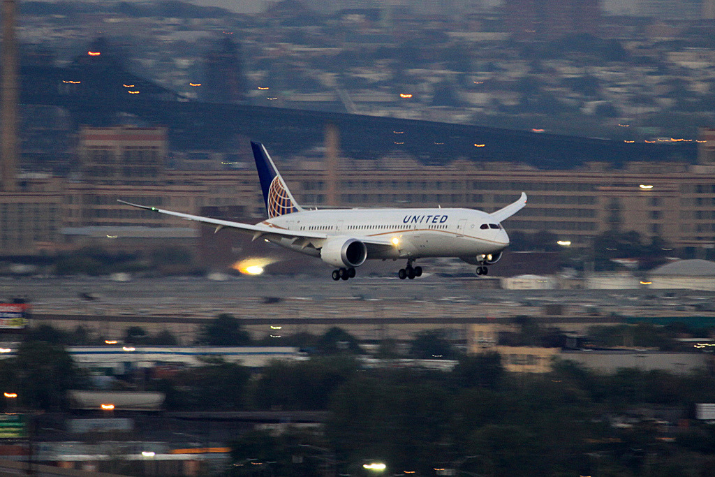 United 787 N20904 EWR (by Bill Striffler)