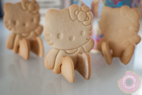 gastrogirl:  3-D hello kitty cookies.