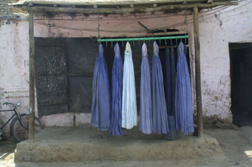 fotojournalismus:  Burqa repair shop in Kabul, May 2002. [Credit : Thomas Dworzak]