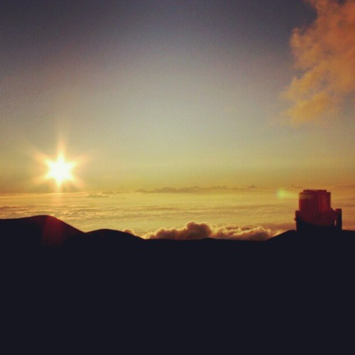#hawaii #maunakea #kecktelescope #keck #sunset #sun #light #travel #GoSeeTheWorld #instamood #m24instudio #instaphoto #picturemysky #skyline #skyporn #cloudporn #clouds #cloud  (Taken with Instagram)
