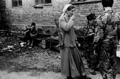 fotojournalismus:  Chechen rebels take Grozny back from the Russian Army, 1996. [Credit : Thomas Dworzak]