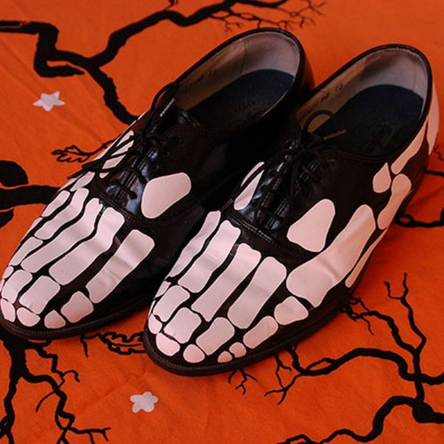 halloweencrafts:  DIY Skeleton Feet Tutorial and Template from my paper crane here.
