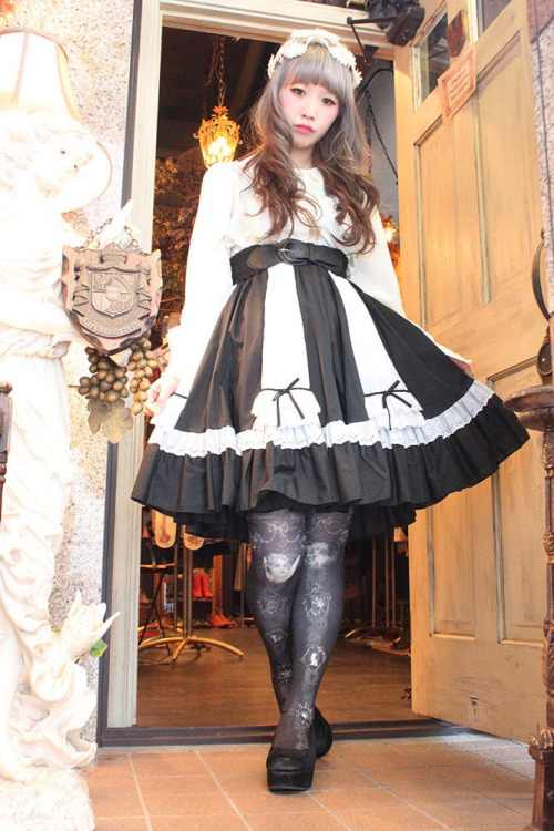 kitsoru:  dollymacabre:  Miyoshi, coord from the Grimoire Online Shop. I love everything about this.  Now THIS is dolly lolita. Lolis, take notice.