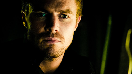 Arrow è un po' Lost, un po' Batman e un po' Revenge. Purchè non abbia un po' di Smallville, vi prego. screencaps - Arrow - Pilot (season 1, episode 1)