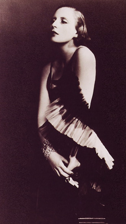 hollyhocksandtulips:  Tamara De Lempicka, 1929 Photo by Madame D'Ora