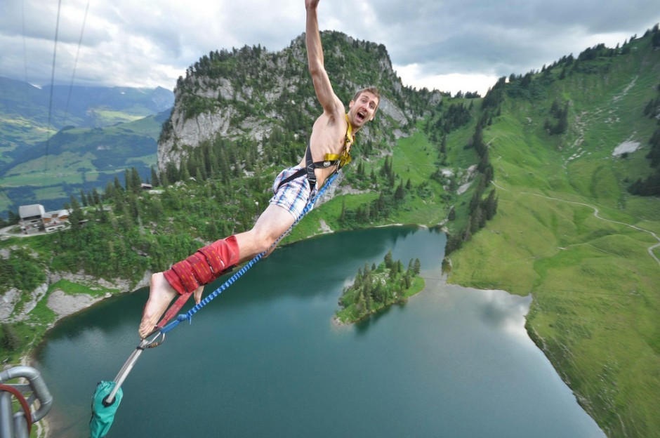 27 In-the-action photos taken of bungee jumpers launching off the world's highest jumps! Check out this sweet collection curated by Hal Amen: http://bit.ly/RuEf58