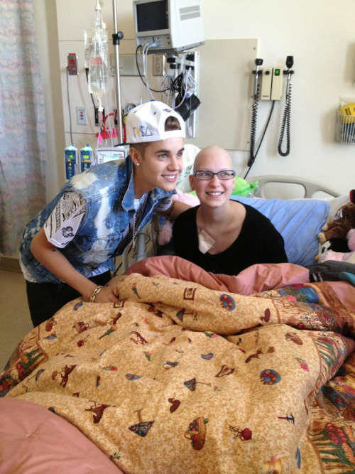 bieber-news:  Justin visiting a fan in the hospital today!