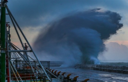 Breaking wave sends water sky high (Photo: Nic Bothma / EPA)  A wave breaks over Kalk Bay harbor wall in gale force winds in Cape Town, South Africa, on Oct. 15. Springtime in the Cape Peninsula brings regular gale force south-easterly winds which have been blowing for days. These winds were a contributing factor in the boating accident on Oct. 13 in Cape Town, where at least one person died after a tourist boat carrying 39 people capsized during a seal watching trip.