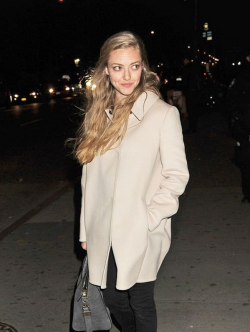 Something about this picture, Amanda Seyfried looks super '90s. The hair, the clean face, the coat or the crappy picture quality - I like it.