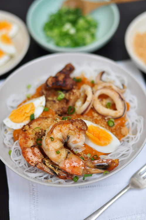 This Pancit Palabok (Philippine Style Noodles in Prawn Gravy) looks delicious. RECIPE