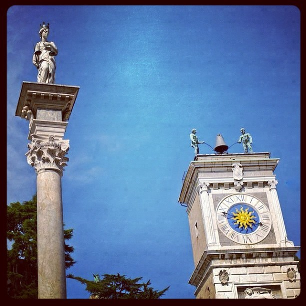 #udine20 #udine #clock #blue #fvg #sky #city #time #tower #italy #friuli  (Scattata con Instagram)