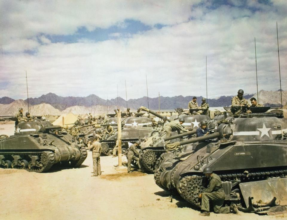 vleugl  Sherman tanks of 40th Tank Battalion, 7th Armored Division, preparing for maneuvers in the California-Arizona exercise area; October 1942.