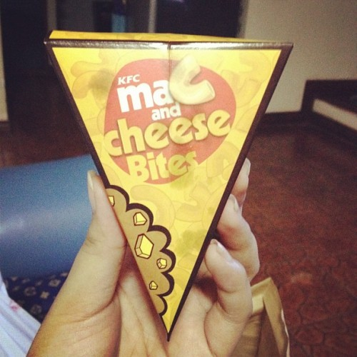Dahil na intriga ako haha #kfc #macandcheesebits  (Taken with Instagram)