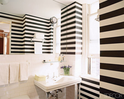 Love a bold black & white stripe dans la salle de bain (via @ElleDecor). #interiors #design