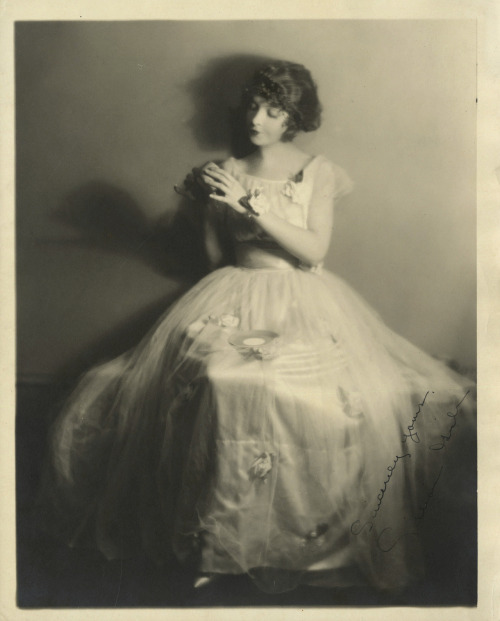 hedda-hopper:  Lillian Gish, photo by Kenneth Alexander (1922)