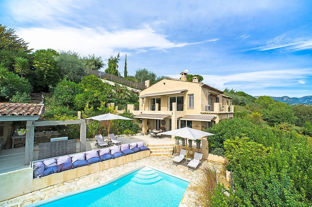 We adore the classical Provençal feel of this property, renovated recently and beautifully presented this 6 bedroom villa in Saint Paul de Vence has all the hallmarks of a wonderful holiday or permanent home on the Cote d'Azur