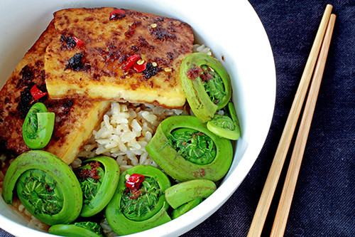 prettybalanced:  Tofu and Fiddlehead Rice Bowl
