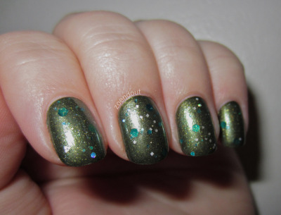 zoendout:  This is one coat of Serum No. 5 Forest Lights over two coats of China Glaze Agro