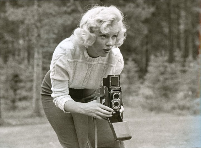 Marilyn Monroe with a Rolleiflex