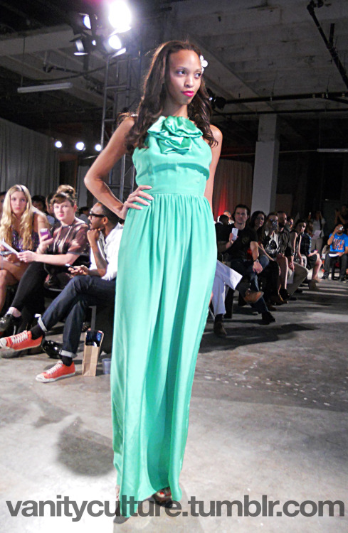 While we were out at NOLA Fashion Week we spotted ANTM Cycle 19 finalist Darian Ellis (@darianellisxo) on the runway! We loved her in this green silk gown by Loretta Jane! For more info about the Loretta Jane line visit LorettaJane.com