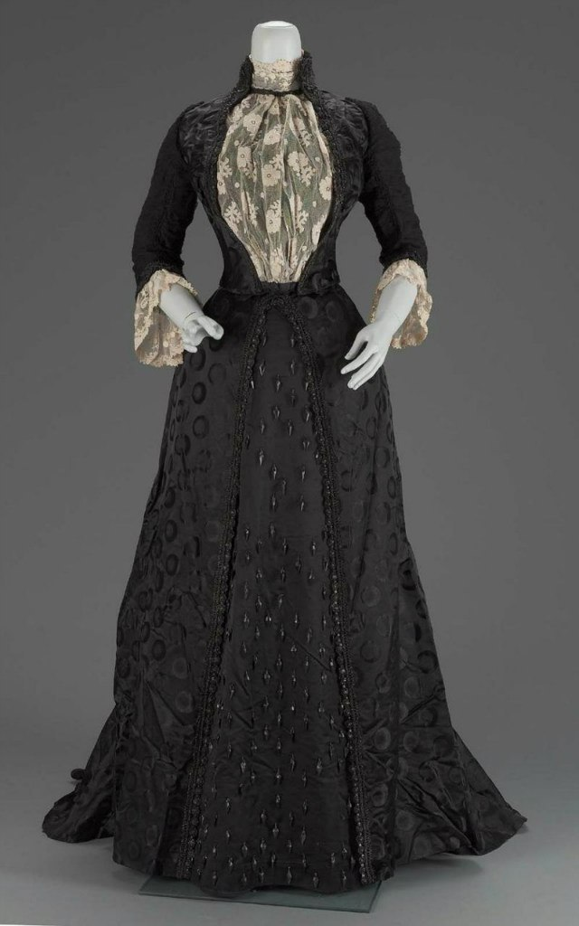 redmortem:  Black victorian dresses. They are the amazing *_*