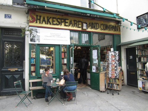 noseinabook:  Shakespeare & Company, Paris. Read more here.   SHAYNA JACKSON