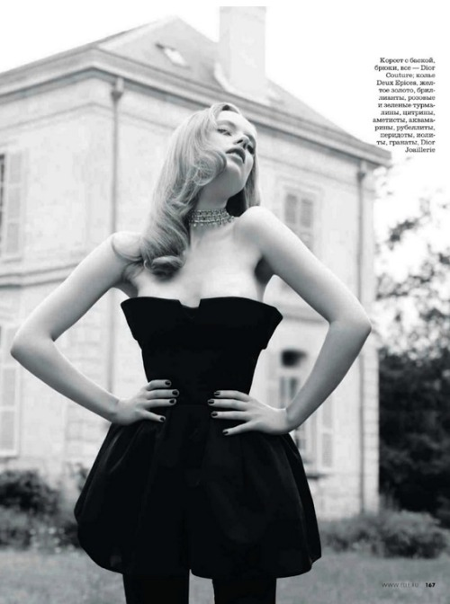 """Новьiй Поворот""Elle Russia, October 2012Model : Luize Salmgrieze"