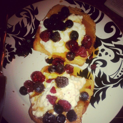 Dinner!!! #toast #naturalpb #brownricesyrup #tripleberries #cottagecheese  #ig #igaddicts #instadaily #Dinner #cleaneating #yummmmm #yummmy