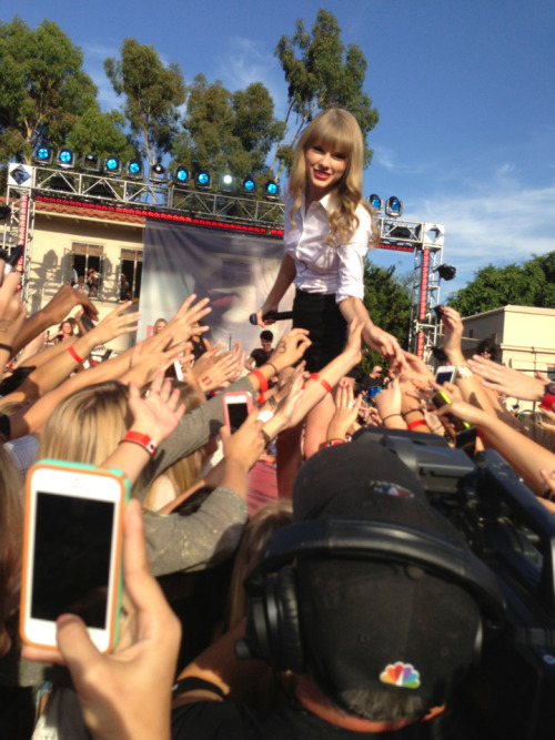 taylorbiebers:  Taylor Swift performing on Ellen, October 18th 2012. My Photo.