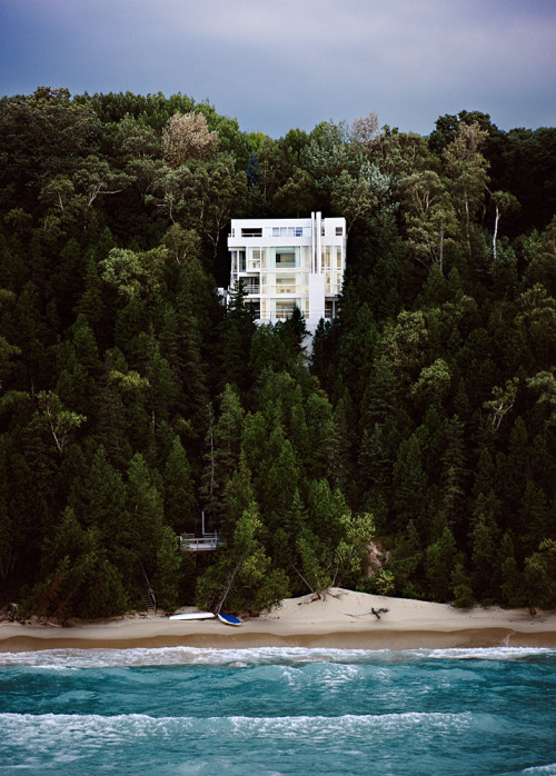 "urbanfragment:  ""The Wind has a voice."" Richard Meier's Douglas House on the shore of Lake Michigan, Harbor Springs. Beautifully captured by architectural photographer Scott Frances"