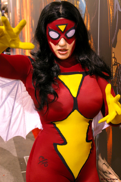 americancomicon:  Jessica Drew: Drawn by Frank Cho! Performed by Belle Chere: Internationally Renowned Genius Cosplay Artist. ~ Comic-Con. San Diego. 2008. Marvel Comics Pavillion.  Reblogging to add a photo to this, cause people have doubted the signature's authenticity!