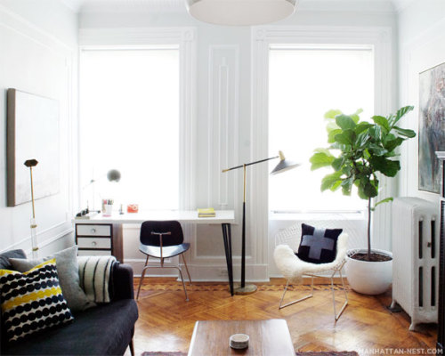 le-sojorner:  Lots of light with gorgeous plain furniture. Great combination of a livingroom with a desk!!