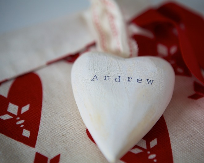 neverteachapigtosing:  White wash wood hearts 2012  http://santasacks.co.uk/index.php?route=common/home