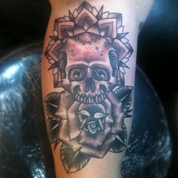#skulltattoo #skull #traditionaltattoo #rosetattoo #skullandrosetattoo#tattoo#blackandgreytattoo #blackandgreytattoo