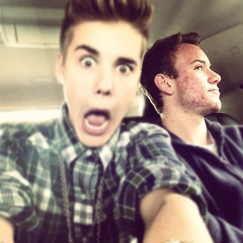 bieber-news:  @justinbieber: Who do we got to the right of me?