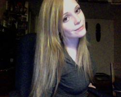 lovelybutconfused:  Helllloo tumblr :) look how long my hair is!