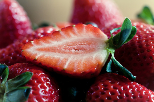 thefruitmarket:  strawberries (by Lacaosa)