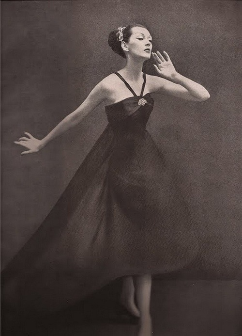 theniftyfifties:  Dovima wearing a dress by Dior, 1955. Photo by Richard Avedon.