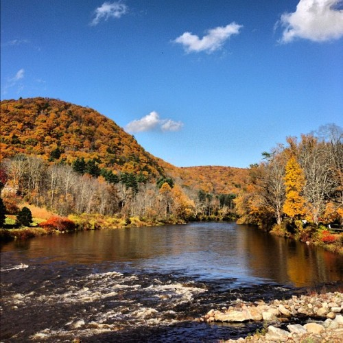Picture perfect! #Fall #Autumn #river #nwct #newengland #westcornwall #landscape #clouds #color #nofilter #Housatonic #Housy