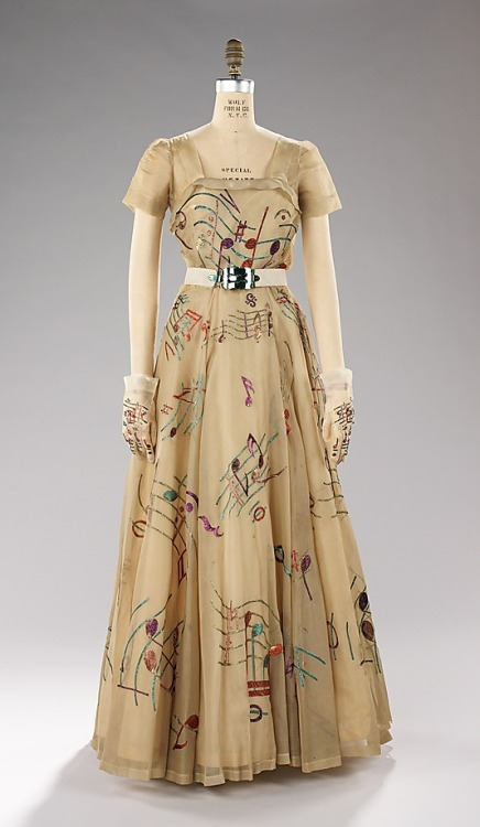 tawnyscostumesandcuriosities:  cupcake-curiosities:   Evening Dress, Elsa Schiaparelli (1890 - 1973) House of Lesage Date: 1939 Culture: French Fabrics: Silk, Leather, Plastic, Metal Met Museum Online Collections This particular evening dress was accessorized with a belt with a working music box as the buckle.    SQUEAL!!