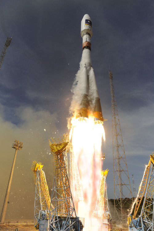 LAUNCH PORN. Soyuz VS03, lifting off on the 12 Oct 2012. ]  Yeah.
